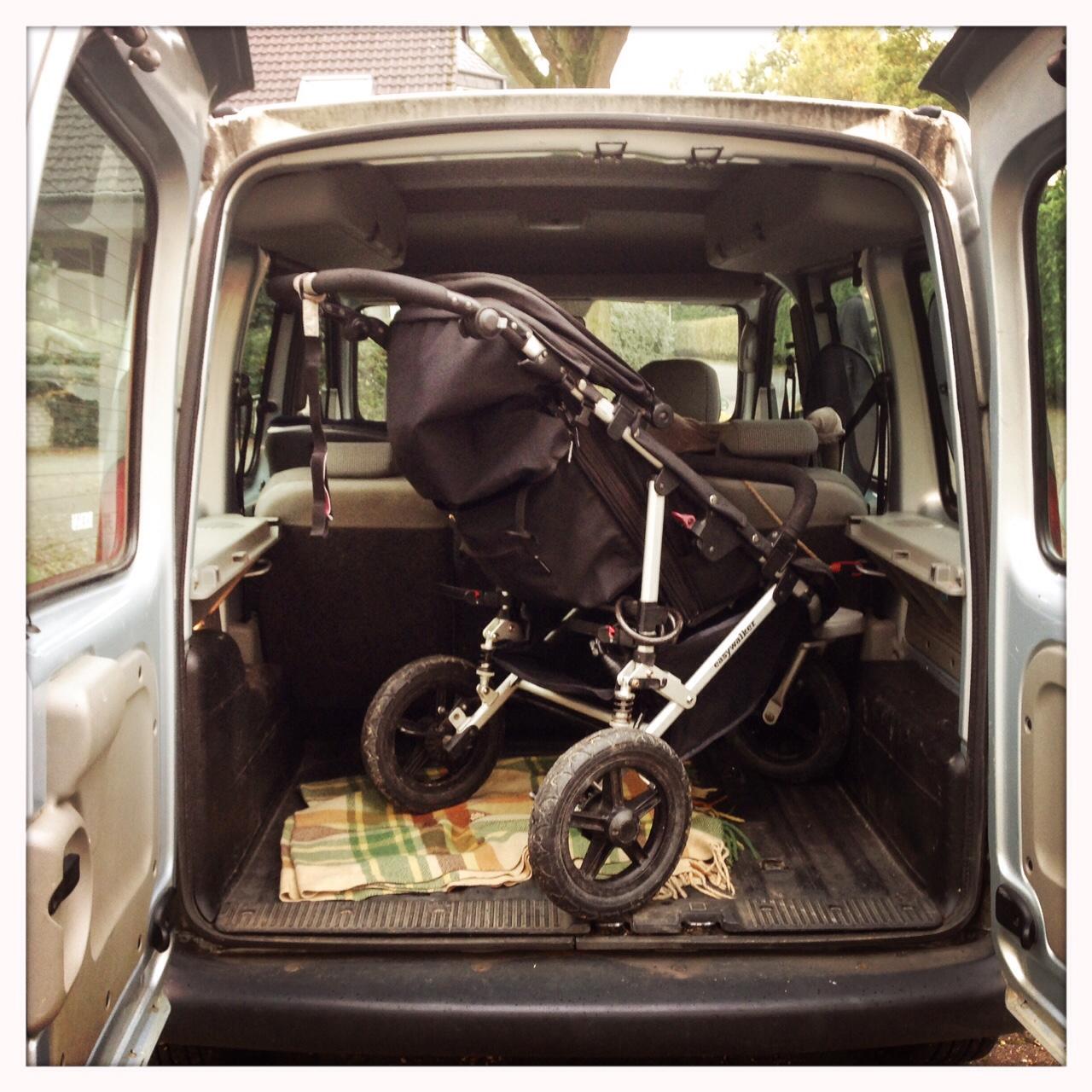 Kinderwagen im Auto